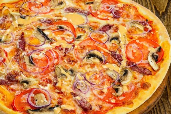 Домашняя пицца с колбасой и луком на тонком тесте