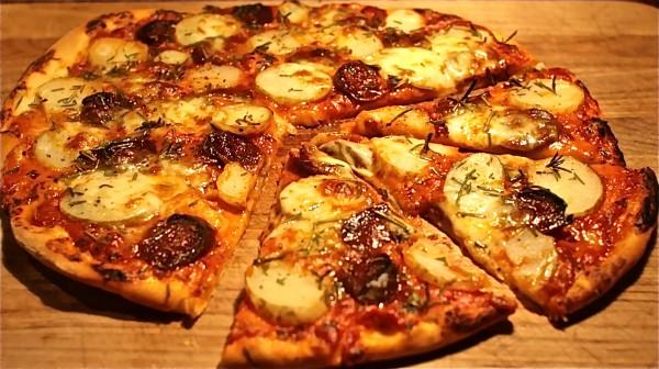Домашняя пицца с помидорами и колбасой на сковороде