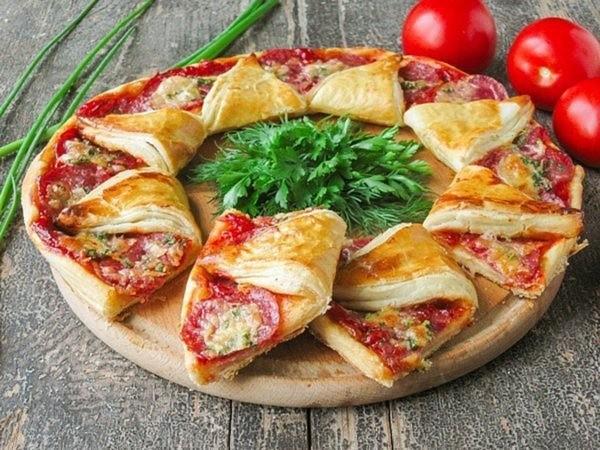 Пицца солнце — из слоеного теста с сыровяленой колбасой